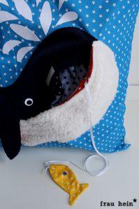 frau hein: Wal Kissen mit Schlafanzug Versteck (Vorlage Wal: von Lange Hand)